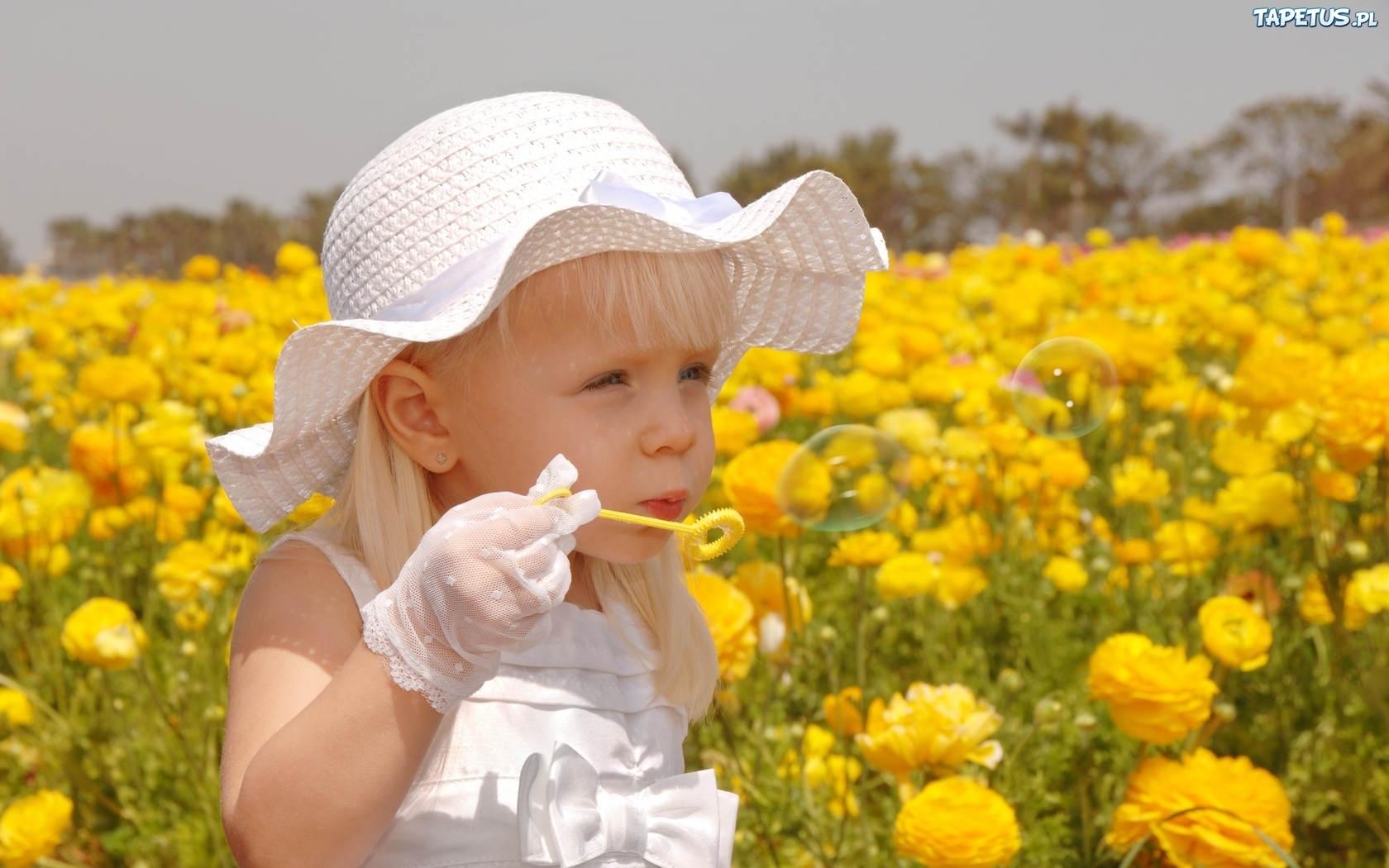 милая девочка с мыльными пузырями  № 1823180 бесплатно
