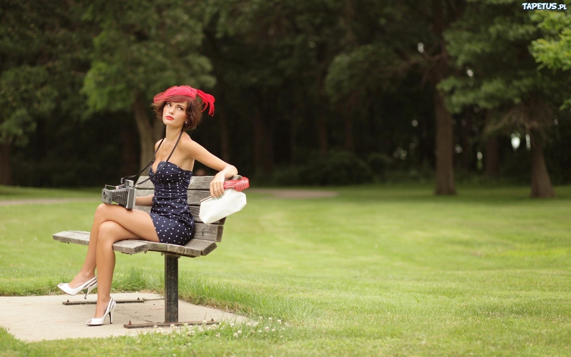 девушка на скамейке с сумкой и фотоаппаратом  № 2676798  скачать