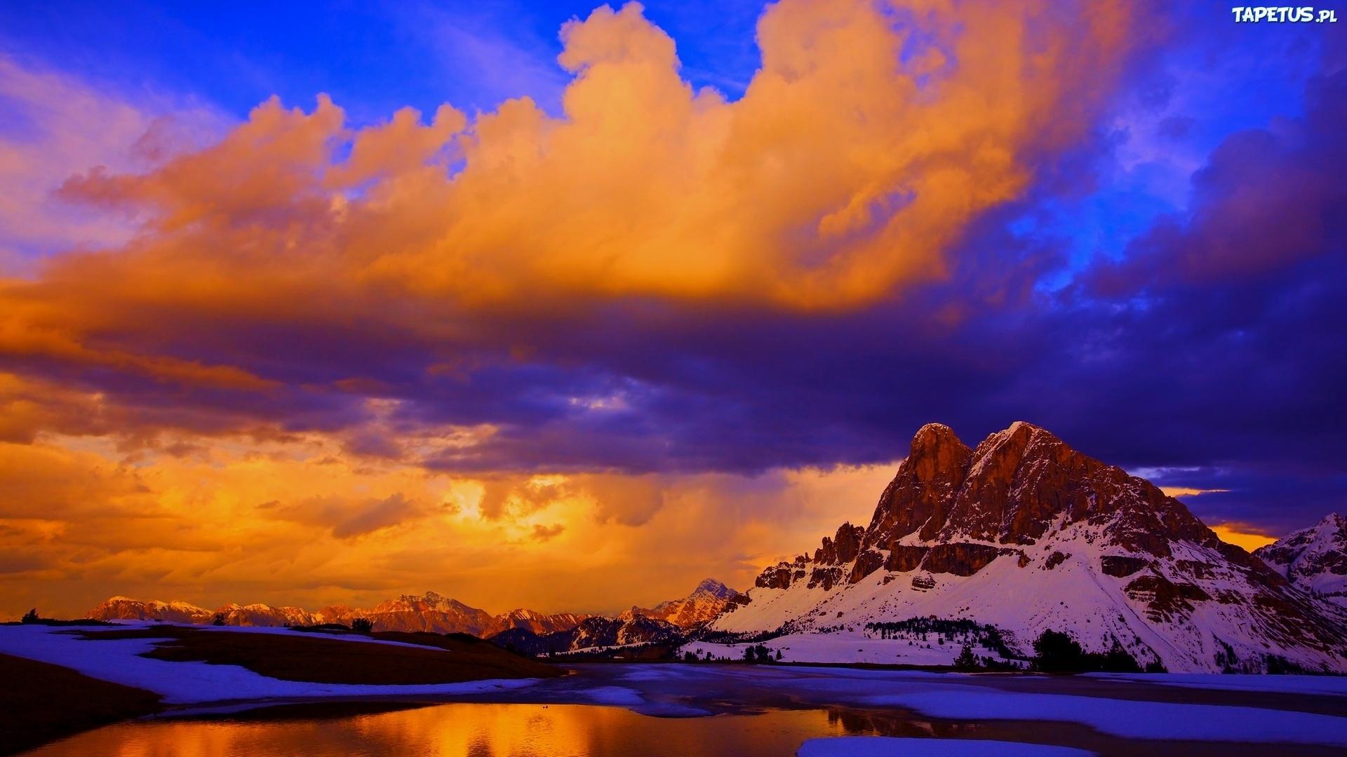 дымящие горы над закатом  № 2289013 бесплатно