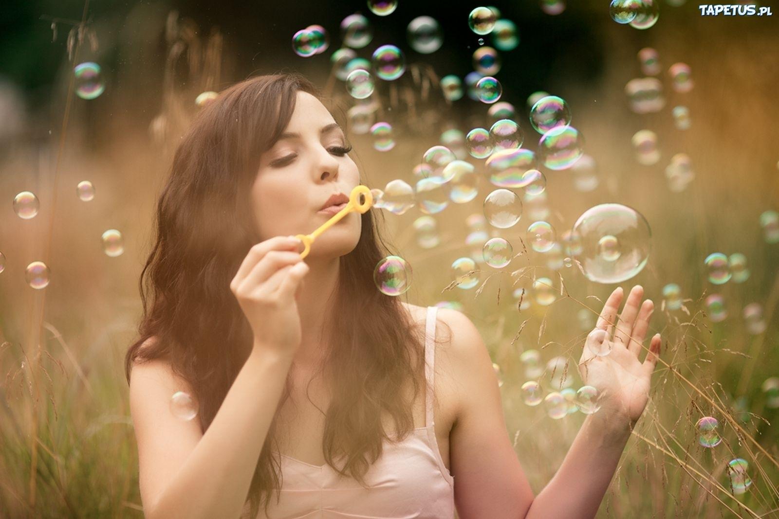 милая девочка с мыльными пузырями  № 1823224 загрузить