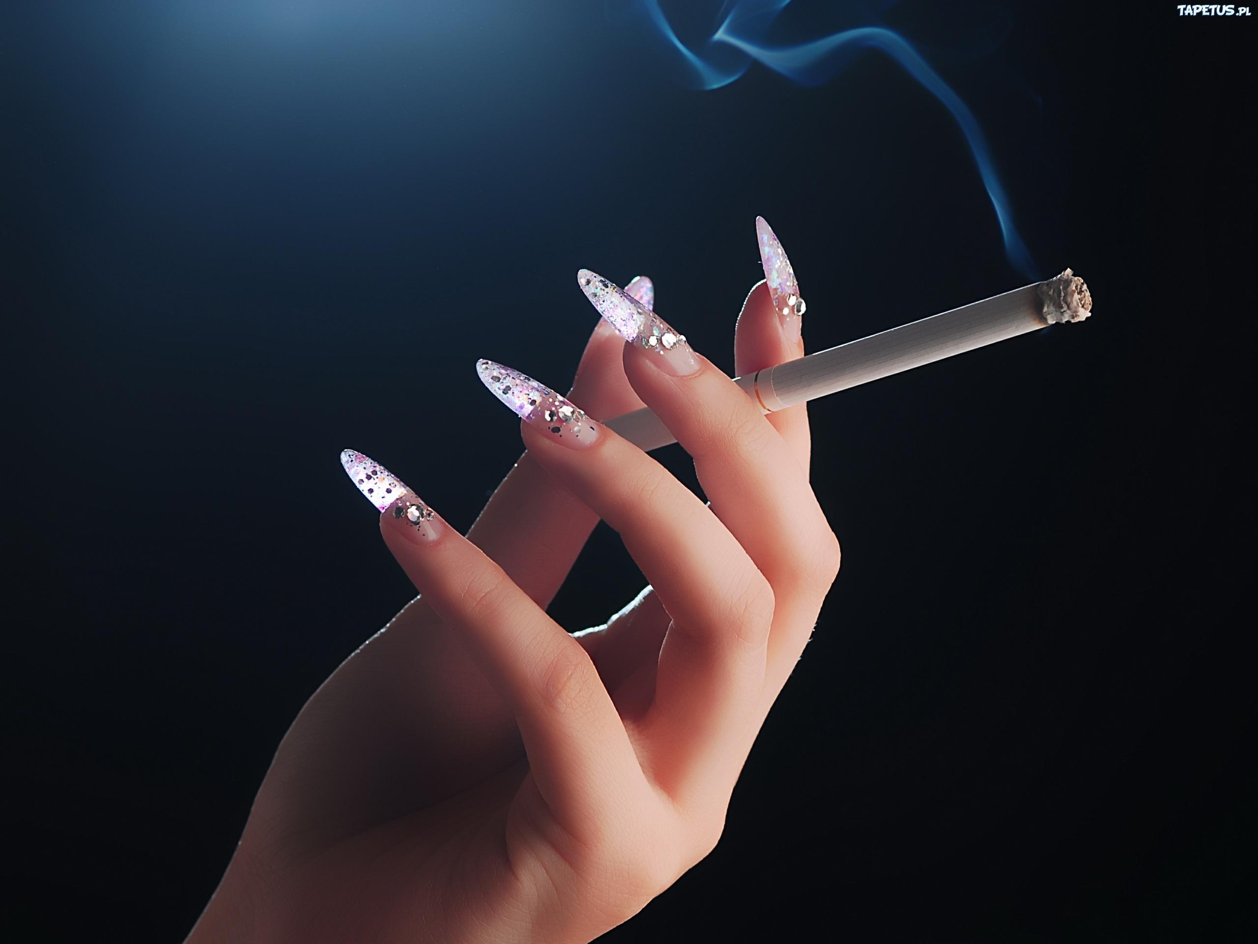 Фото сигарет в руках у девушки
