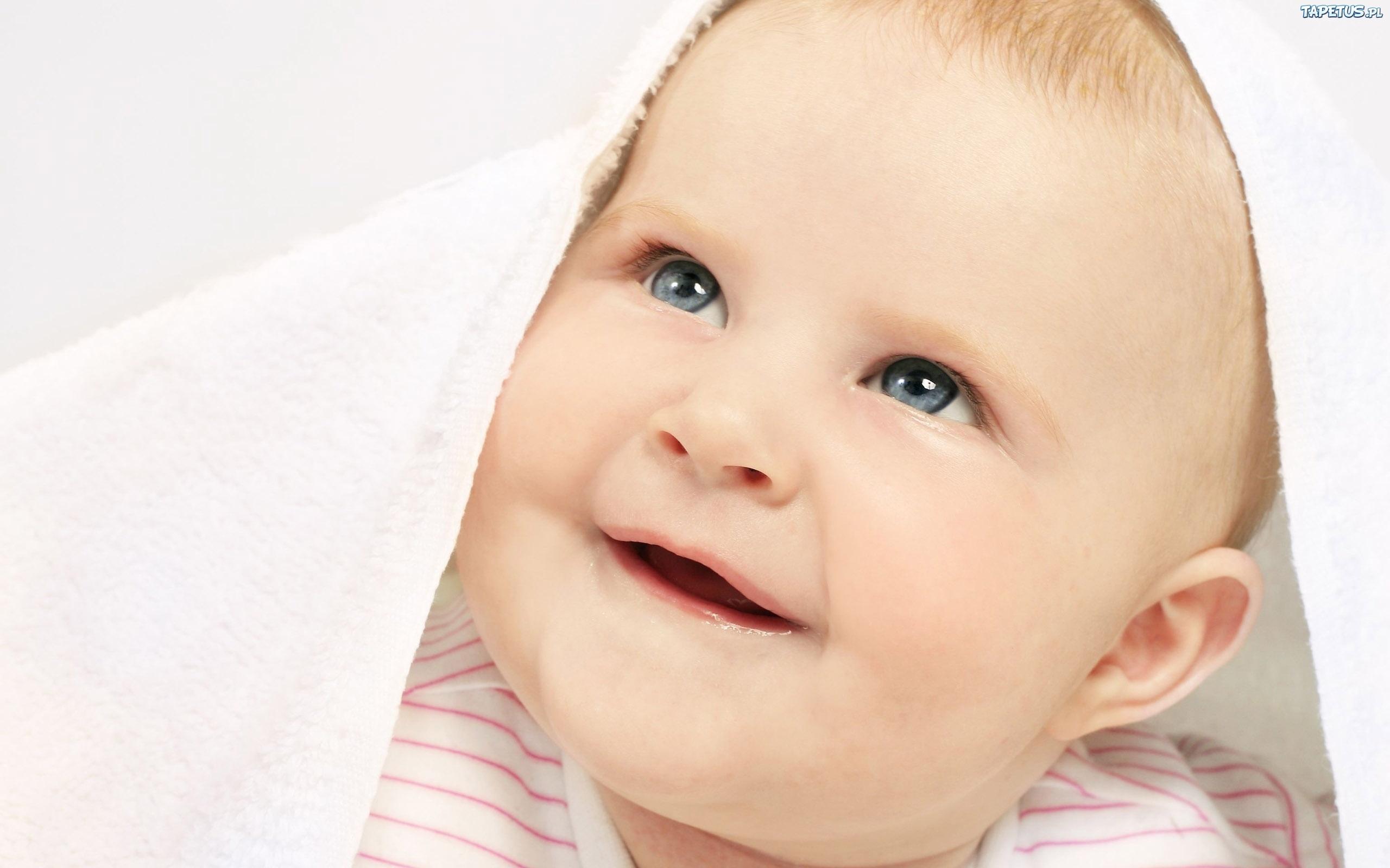 голубоглазый забавный ребенок без смс