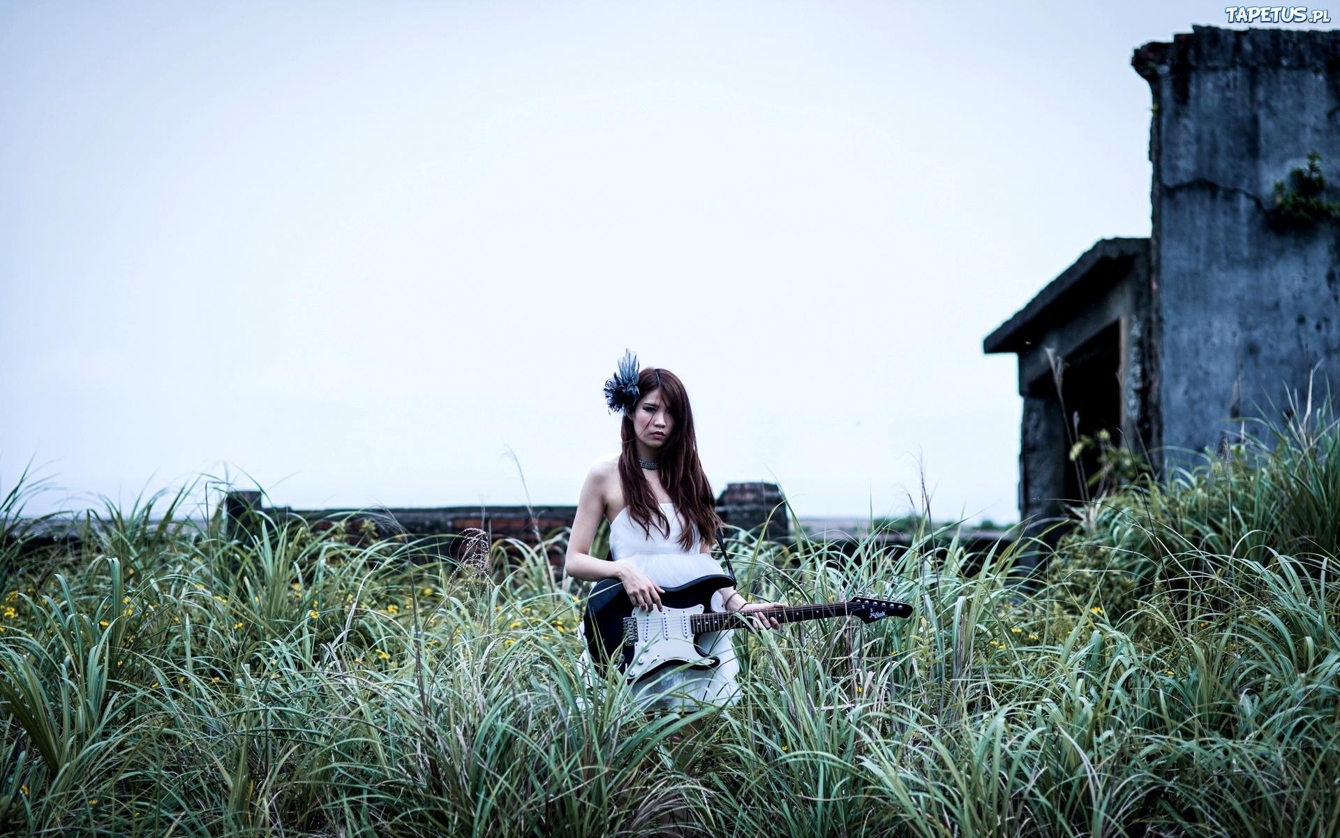 девушка с гитарой на площади скачать
