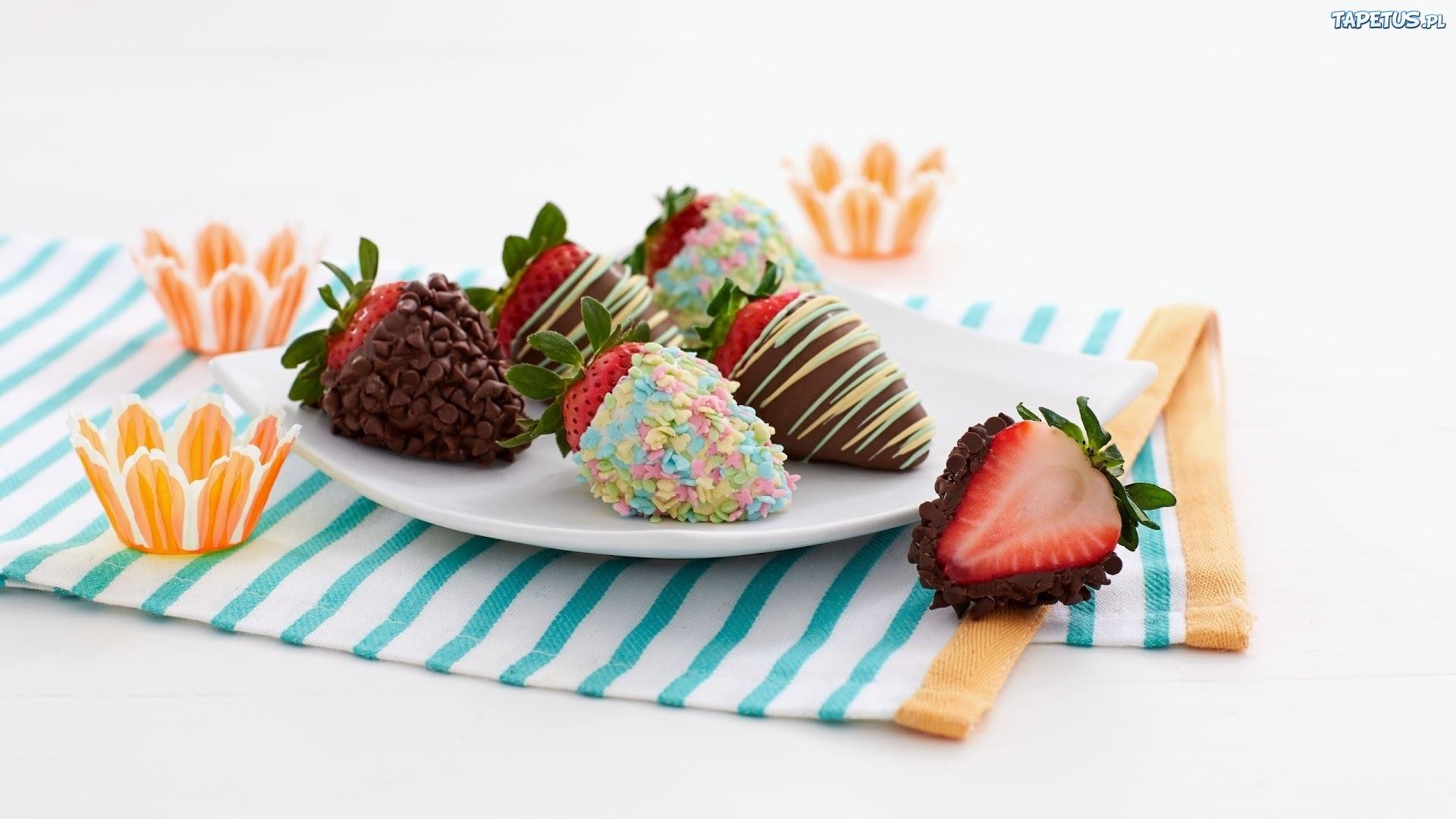 пирожное клубника тарелка десерт смотреть
